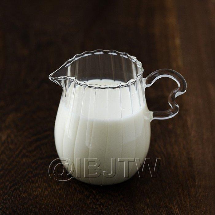 【奇滿來】玻璃耐熱條紋鼓形心形把手小奶壺170ml 分茶器公杯螺紋蜂蜜果醬罐牛奶杯楓糖漿糖水杯奶精杯 2個出貨 AUCS