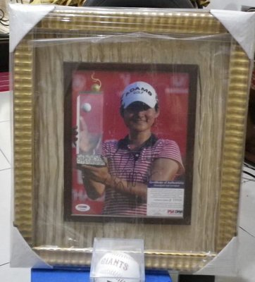 棒球天地--LPGA世界排名第一.高爾夫球后曾雅妮8*10簽名照片立體框組.PSA/DNA 認證.字跡漂亮