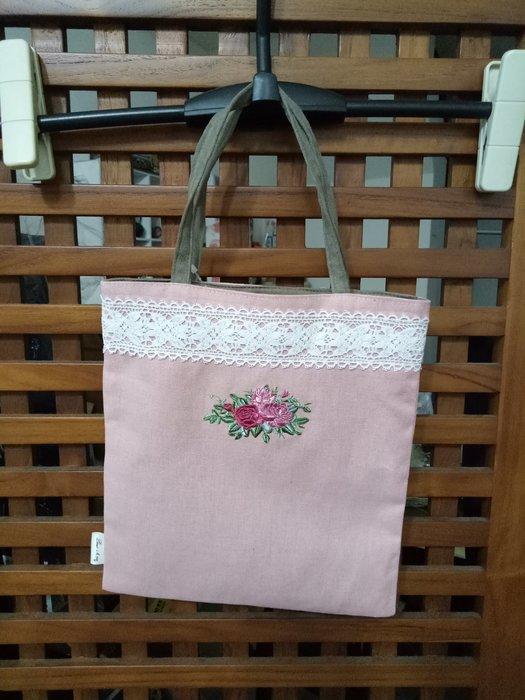天使熊雜貨小舖~日本帶回海渡玫瑰刺繡手提袋  棉麻手提袋  現貨:粉/米色2款 日本製 全新現貨