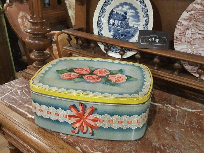 【卡卡頌 歐洲跳蚤市場/歐洲古董】歐洲老件_玫瑰蕾絲 老鐵盒 大 小物收納盒 餅乾盒 m0524 提供租借✬