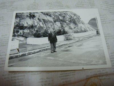 【早期老照片】民國50年代 冰山雪地(老椅子) 6.5X9 公分