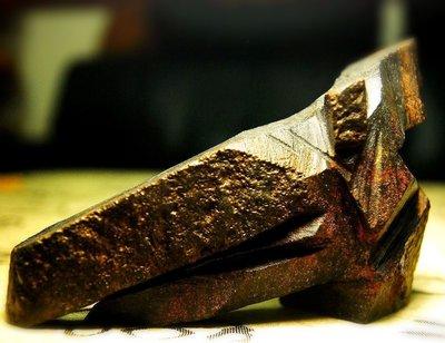 ☯【剛烈】蘇瑞鹿赤鐵丸石極品石雕 高超直線刀法切出黃金比例銳利氣勢,成就極品!  剛烈表性,鮮能優寬;仁柔用情,多乏貞直