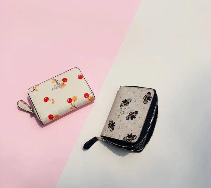 空姐精品代購 COACH 25844 新款女士小蜜蜂火烈鳥可愛圖案印花零錢包 時尚小巧 方便實用 附代購憑證