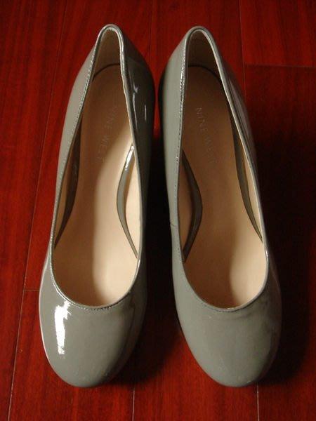 NINE WEST 基本款楔型包鞋 【尺碼:6.5號 / 顏色:淺灰色 / 材質:亮皮 / 跟高:3吋】