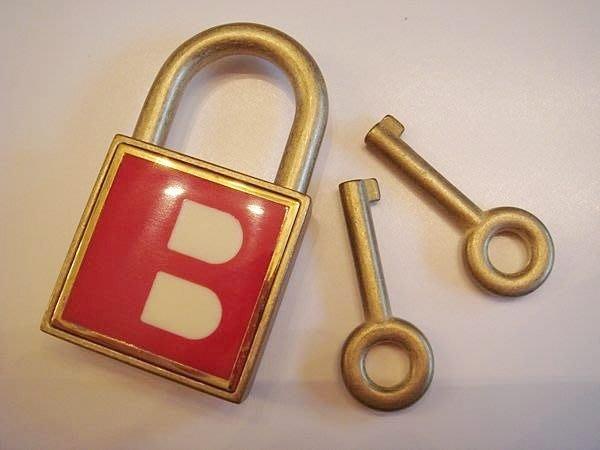大降價!全新瑞士名牌 Bally  限量金色鎖頭與鑰匙,低價起標無底價!本商品免運費!