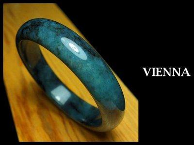 《A貨翡翠》【VIENNA】《手圍19.5/15mm版寬》緬甸玉冰種嬌豔藍綠舞水墨/玉鐲/手鐲Z+043
