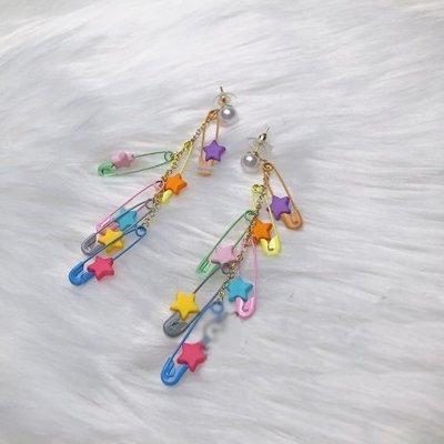 【黑店】童趣彩色別針長串耳環 泫雅風彩色耳環 可愛甜美穿搭 個性耳環 彩色創意耳環 AC140