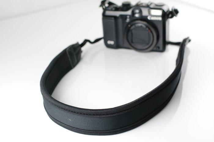 我愛買黑色窄版減壓防滑背帶 彈力泡棉 減壓背帶防滑背帶類單眼相機背帶頸掛揹帶GF6 E~P