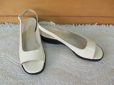 二手義大利製【Salvatore Ferragamo】真亮漆皮一字寬帶米白色 #7.5B/23.5腳厚底涼鞋