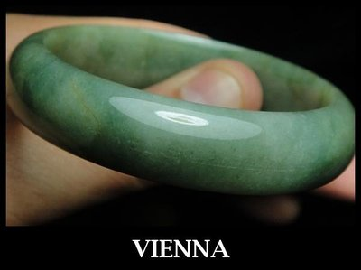 《A貨翡翠》【VIENNA】《手圍17.5/14mm版寬》緬甸玉/冰種水漾嬌綠蜂蜜/玉鐲/手鐲N+018