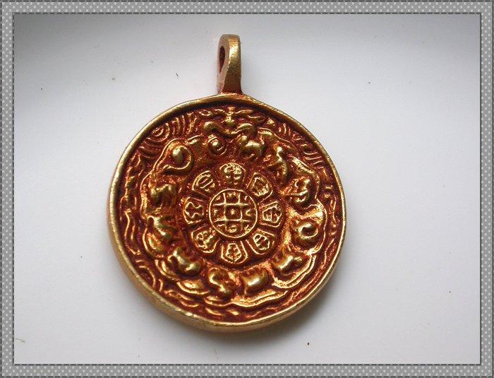 【雅之賞|藏傳|佛教文物】*特賣* 尼泊爾精工純銅鎏金手工製作31mm九宮八卦牌 護身辟邪~Q1523