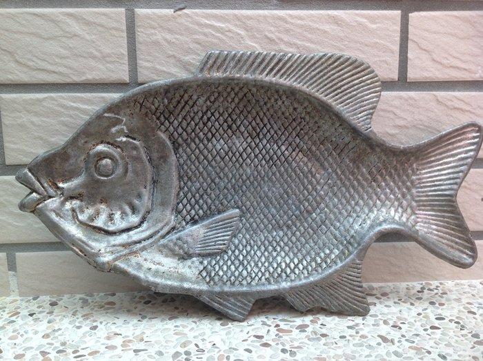 【黑狗兄】早期魚形鋁盤--03