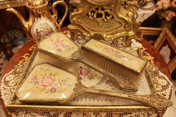 【家與收藏】賠售特價稀有珍藏歐洲百年古董英國古典優雅蕾絲刺繡銅浮雕梳妝手妝鏡/髮梳/衣刷