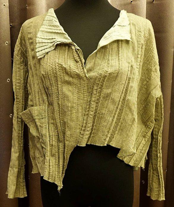 近全新只穿過一季 義大利品牌 ATOS LOMBARDINI 偏橄欖綠民族風皺皺設計款短版上衣!免運!