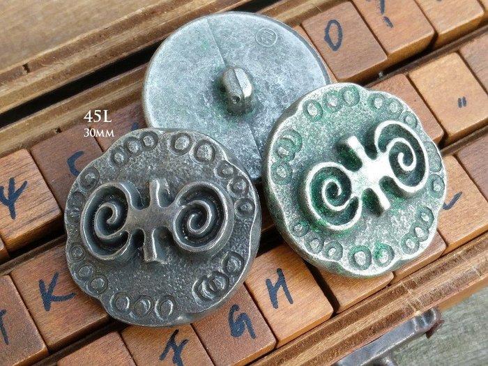 DAda緞帶‧I30035-30mm仿古董銀+手打古羊角圖騰鋁質大鈕扣1個$25【意大利進口】