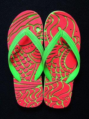 休閒鞋海灘鞋夾腳拖鞋涼鞋像版畫模板又似木雕刻的橡膠雕刻文創藝術品005【心生活美學】