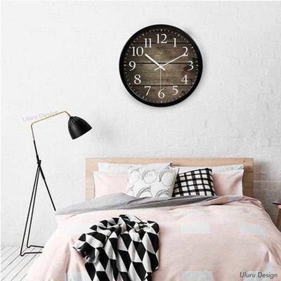 仿木板紋掛鐘 35x35cm Uluru Design 黑銀白色 圓型時鐘 不鏽鋼 超靜音餐廳客廳服飾店裝飾 極簡時尚