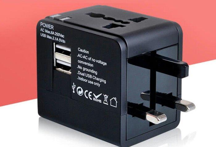 天使熊雜貨小舖~全球通用 萬用轉接頭雙USB 2.1A 現貨:黑/白色2款  全新現貨