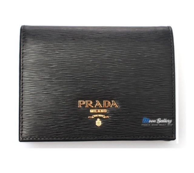全新 現貨 PRADA 經典浮雕LOGO 黑色 1MV204 水波紋防刮皮革 扣式對折 真皮 短夾 LV