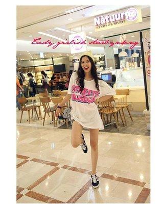 =EF依芙=早班車5523 韓國 首爾時尚精品 東大門同步上新 寬鬆大碼女裝時尚頭像印花中長款短袖T恤