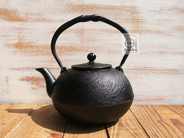 +佐和陶瓷餐具批發+【XL070333-2及甚旋心1.5鐵瓶-日本製】日本製 南部鐵器 鐵壺 水壺 鐵器