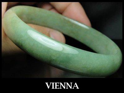 (已蒙收藏)《A貨翡翠》【VIENNA】《手圍20.7/13mm版寬》緬甸玉/冰種古坑種糖點橄欖綠/玉鐲/手鐲V/E01