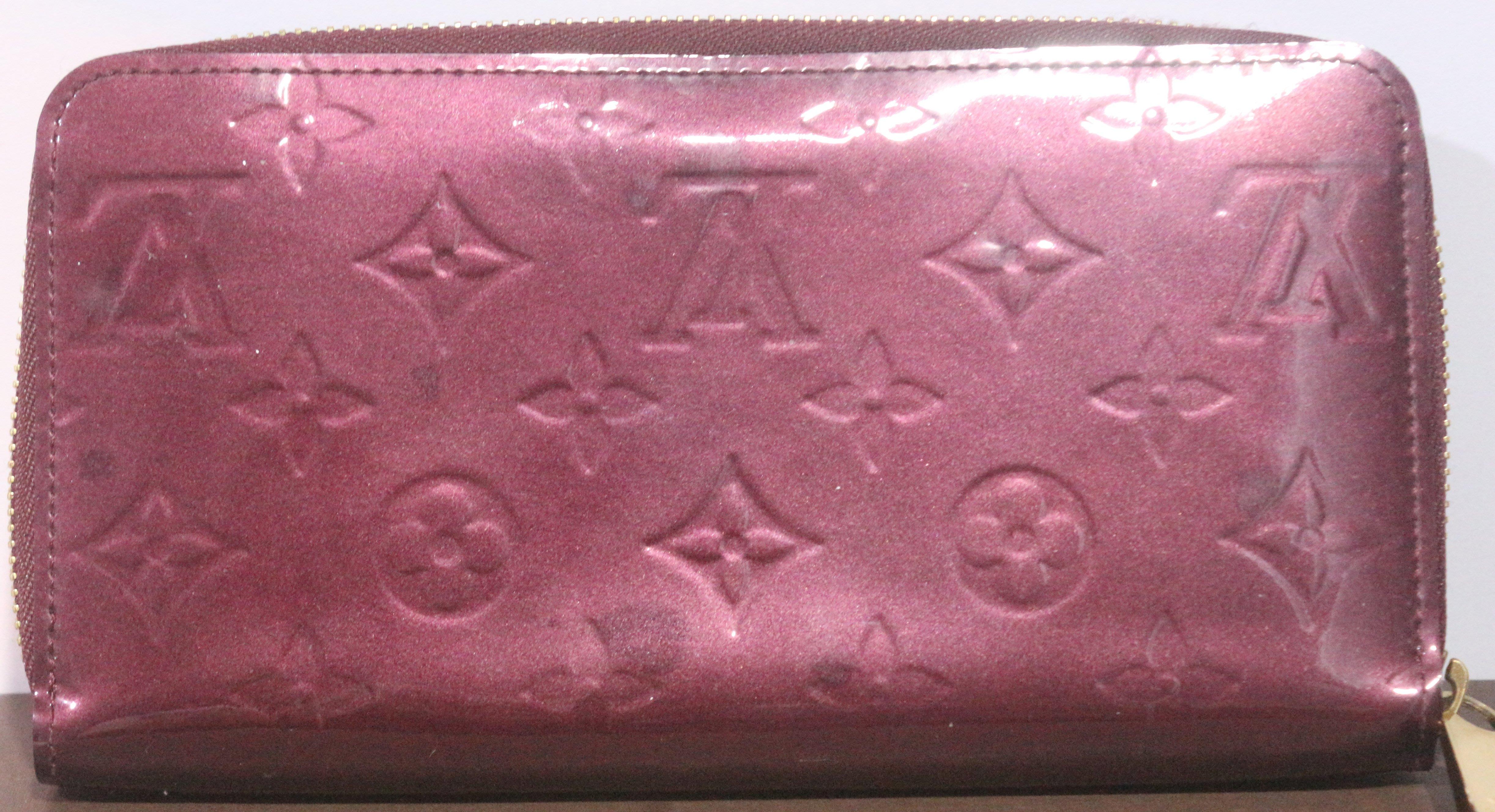 全新【㊣LV法國製Zippy Wallet】Logo皮革/立體壓紋酒紅色漆皮女仕長夾/拉鍊零錢包, 6鈔票夾層/8卡片層