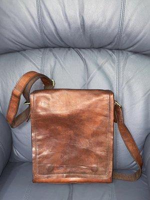 【李歐的二手皮件】約8成新 非the bridge 深咖啡色牛皮真皮 11吋ipad pro平板電腦包斜背包側背包郵差包