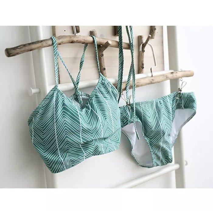 兩截式 幾何圖形綁帶削肩比基尼泳裝溫泉海邊 以 綠色條紋波浪圖案 胸墊鋼圈連身