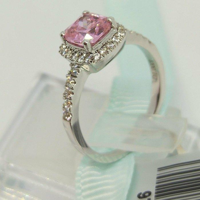 粉色鑽石純銀戒指微鑲飾品 主鑽3克拉淺淺方鑽包邊高碳鑽石 定制鉑金18K純銀戒指 高碳仿真鑽石莫桑鑽寶免運拍賣促銷特價