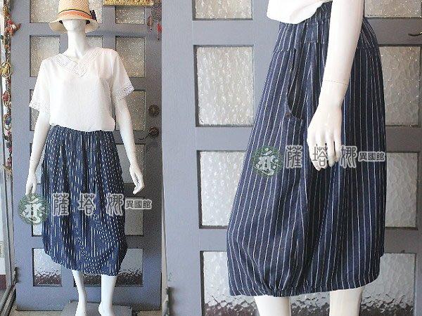 @~薩谷娜: 限品_質感優_深藍底白直條紋水洗軟丹寧牛仔布_斜口袋裙角側邊鬆緊帶百合裙
