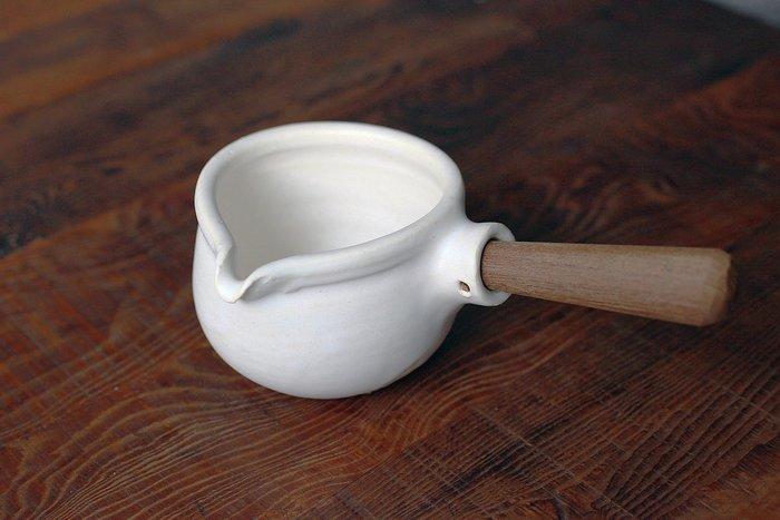 發現花園日本選物 ~ 日本製 陶藝職人 馬場勝文 手做 木柄 牛奶鍋~黑色 / 白色