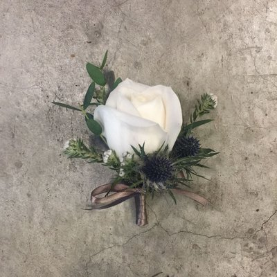 H85。白玫瑰胸花。招待胸花。新郎胸花。台北西門花店。【Flower&House花藝之家】