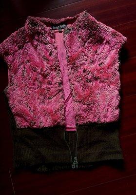 (搬家大出清)專櫃 anna belle COLLECTION 底為灰綠色頂為粉紅色長毛,及混搭深綠色毛料針織拉鍊背心。有內裡。尺寸M碼。綠色針織部份是有彈性