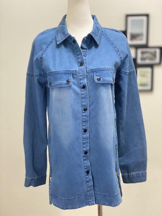 Ask Chic | M號-現貨 ||  個性水洗刷色淺藍底黑色紐扣下擺兩側拉鍊牛仔襯衫  (AN4011)