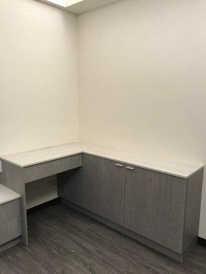 台中系統櫃--現代最夯雙開門系統收納櫃+化妝檯 { 湯姆 雙開門系統連體櫃 } 經典木皮色 客製化設計