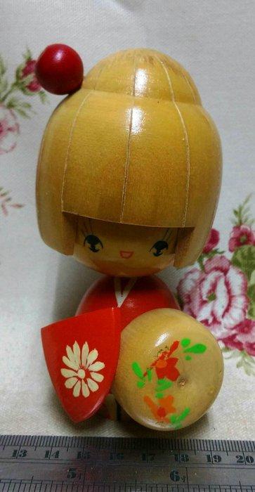 龍廬-自藏出清~日本2手跳蚤市集購回日本木頭娃娃人偶高12cm-花圖案拿帽紅色和服本色木人偶/日本料理店居酒屋