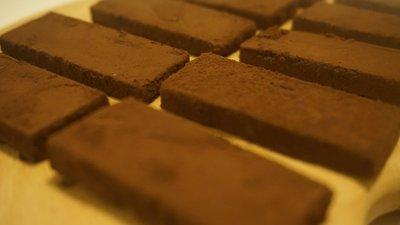 77%咖啡酒松露巧克力   產品使用法國、德國調溫巧克力、法國純可可粉製成。