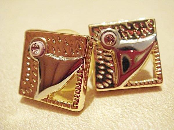 全新從未戴過的設計款耳環,很有型喔,有可愛的正方型,低價起標無底價!本商品免運費!