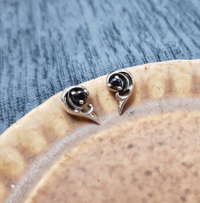 奧嘉設計工作室 Martina Olga 925純銀飾 個性雕花晶鑽半心愛心對稱耳環