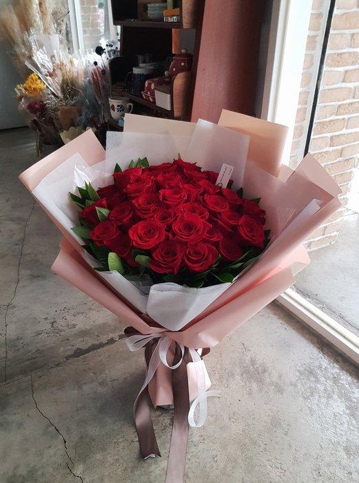 33朵紅玫瑰花束。求婚花束。台北西門歡迎自取。【Flower&House花藝之家】情人節花束