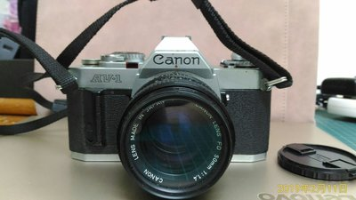 好機分享~CANON AV-1 黑銀機身 50mm/F1.4大光圈 手動單眼相機~ 鏡頭+機身~加送相機包