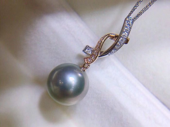 (輕舞飛揚)稀有蘋果綠色氣質灰,顏色美呆了.18K雙色金鑽石天然大溪地高級灰氣質灰,海水珍珠,10-11mm正圓強光底部微瑕.