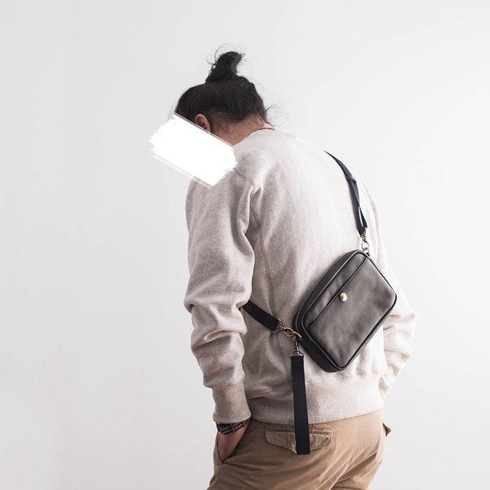 ~皮皮創~原創設計手作包。潮流兩用小包真皮側背包手拿包頭層植鞣牛皮斜背包