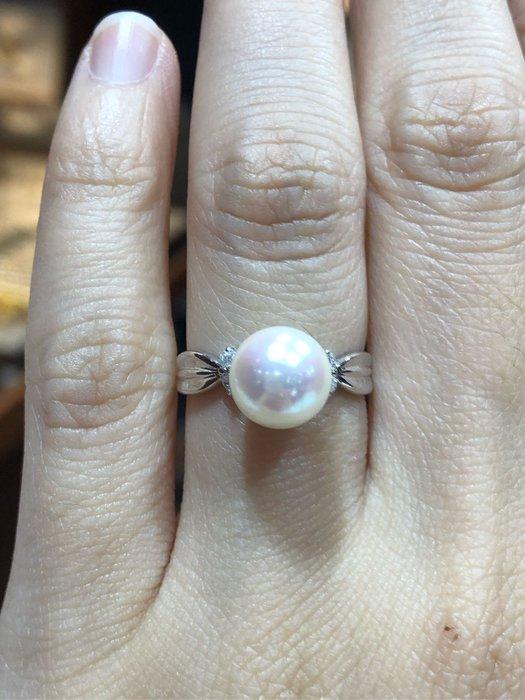 天然8mm日本海水珍珠鑽石戒指,珍珠光彩耀眼奪目,色澤飽滿,搭配經典簡單耐看戒台,氣質高雅大方,超值優惠價16800,用輕鬆價格擁有日本珍珠