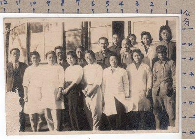 《打貓堡》老照片~昭和21年~醫生、護士??【病院】團體合影(A9172)