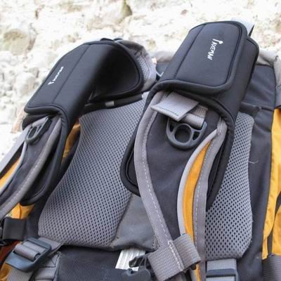【減震肩腰帶墊-雙層款-30*8.5cm-厚10mm-2個/組】SBR潛水料改善背負舒適性 背包減震肩帶墊-76012