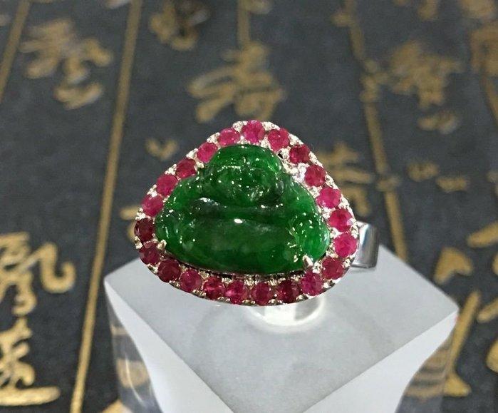 珍奇翡翠珠寶首飾--完美冰種正陽色,辣綠彌勒佛翡翠搭配天然鴿血紅色紅寶石鑲邊點綴.k金戒台。賣家設計款。霸氣。貴氣