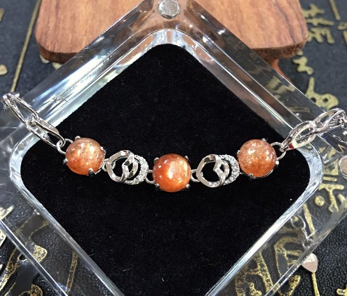 珍奇翡翠珠寶首飾-天然太陽石3顆共約4.5克拉,色澤鮮豔,濃郁,火光強閃,搭配銀白k金高雅手鍊