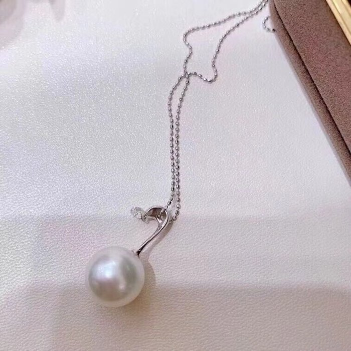 (輕舞飛揚)天鵝頸設計的弔頭,鑽石更靈動閃亮13-14mm天然極光愛迪生珍珠玻璃感般的珠光,正圓微瑕,18K金鋯石0.1ct,讓你擁有完美天鵝頸